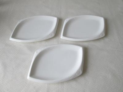 Tři bílé talířky (tácky)