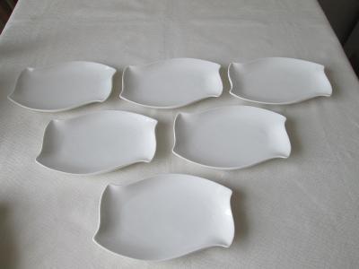 Šest bílých talířků (tácků)