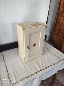 Stará nástěnná lékárnička