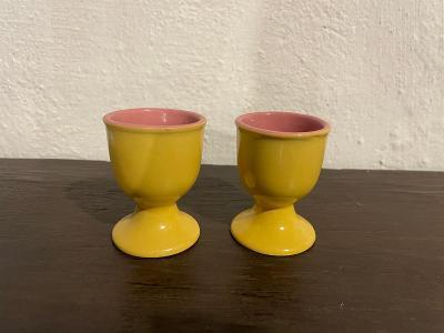 Dva staré žluté pohárky na vajíčka od koruny