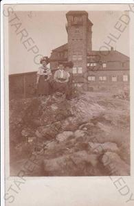Ještěd (Liberec), fotografie žen u rozhledny