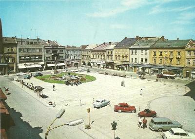 Hranice Gottwaldovo nám. lidé auta Škoda a Tatraplán