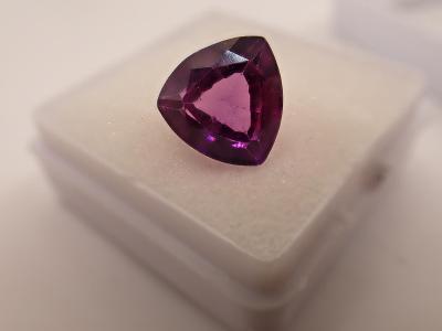 Luxusní fialový safír z Indie 6,8ct 11x11x7mm, pěkná barva