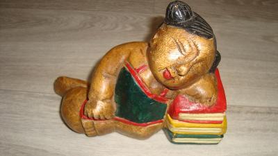 Dřevěná zarážka na knížky-spící knihovnice