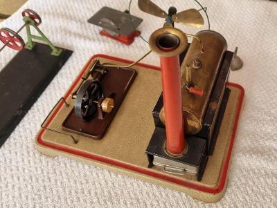 Starožitná hračka  PARNÍ STROJ + příslušenství. Od korunky.