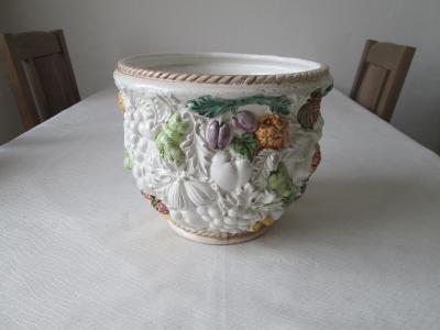 Velký kryt na květináč, reliefní ovoce. Italská výroba.