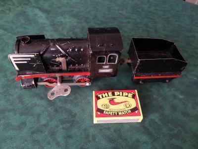 plechový model lokomotivy na klíček