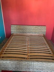 Ratanová postel 180x200 z přírodního ratanu a masivu