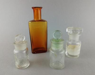 Staré drobné lékovky skleničky zátka brus
