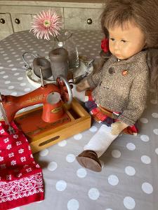 Šicí stroj pro panenky