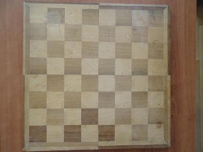ŠACHY - dřevěná šachovnice 35,5 x 35,5 cm + figurky