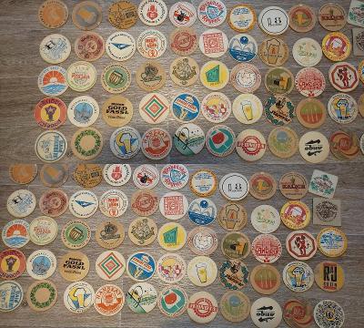 Sbírka pivních tácků a papírových ubrousků