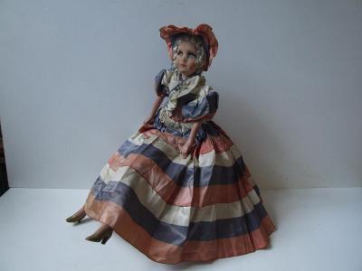 stará budoárová panenka v původním oblečení