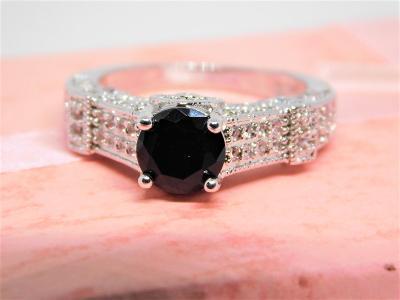Nádherný stříbrný prsten s černým zirkonem - od koruny!