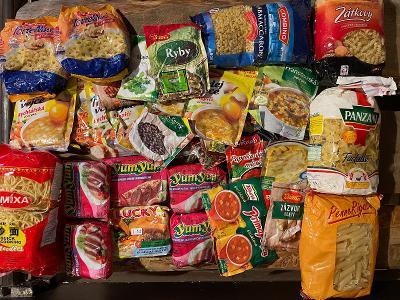 Krabice plná nových potravin po expiraci - těstoviny, koření, polévky