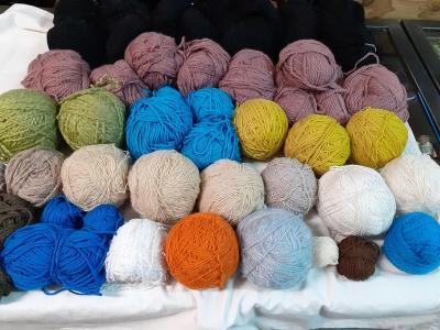 3 kg různé vlny na pletení   //441//