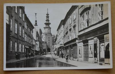 Slovensko - Bratislava - pohled do ulice - kostel - lidé