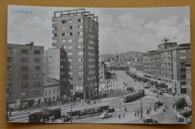 Slovensko - Bratislava - Stalinovo náměstí - tramvaj - lidé