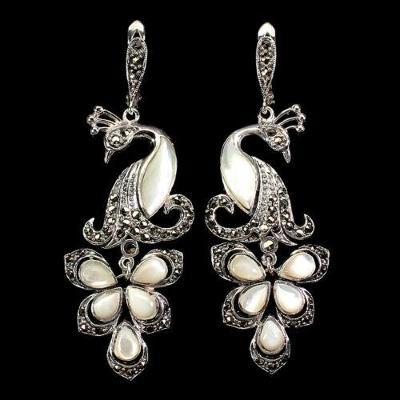 Náušnice s perletí a markazity.