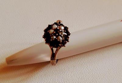 Krásný stříbrný prsten s říčními perlami a českými granáty. Průměr 2 c