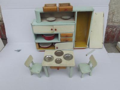 Starý nábytek pro panenky dřevěný velký