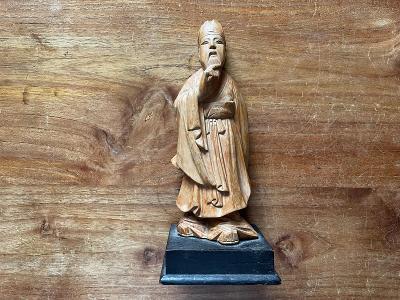 orientální dřevěná soška mnich