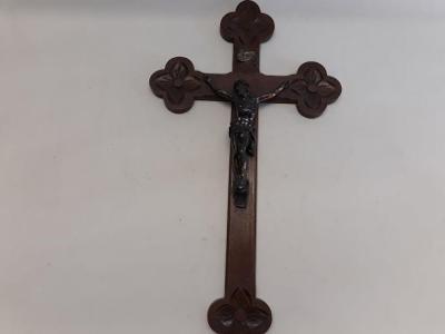 Starý dřevěný kříž, Krucifix, kovový Ježíš