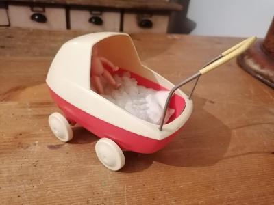Starý malý zajímavý kočárek hračka - rarita ze sbírky