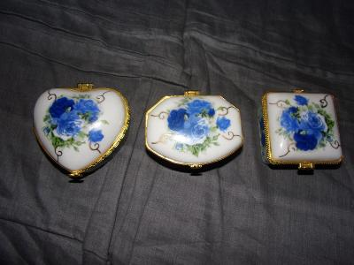 3 staré porcelánové krabičky od koruny