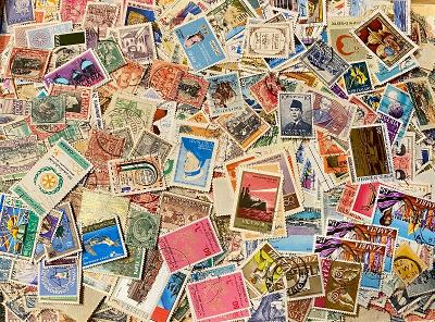 Velká hromada známek z celého světa