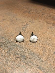 –Manžetové knoflíčky, vystlány bílým vzorovaným hedvábím, kov:–