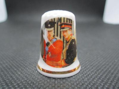 Sběratelský náprstek Princové William a Harry v uniformách, na svatbě