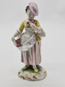 Porcelánová soška, figurka dáma s květinami Volkstedt-Rudolstadt