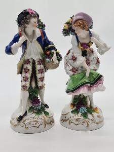 Párové porcelánové sošky, figurky chlapec a dívka s ovocem