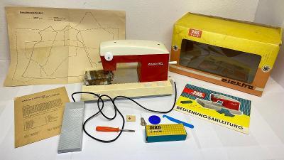 PIKO Made in GDR Dětský šicí stroj + krabice + příslušens. Čtěte popis