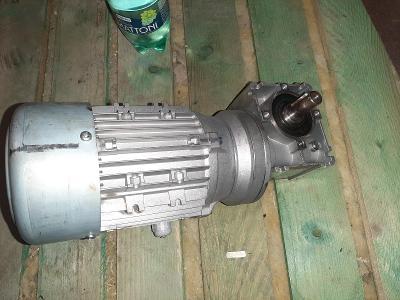 Motor s převodovkou 90°