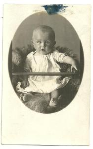 Fotografie děťátko – holčička na kožešině