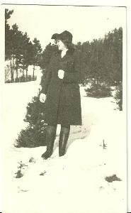 Fotografie žena v zasněžené přírodě, r.1945
