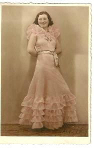 Fotografie dáma v šatech s volány, r. 1936