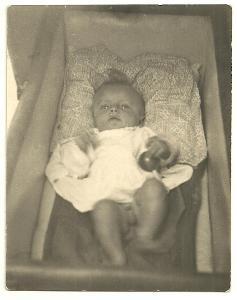 Fotografie děťátko v kočárku s chrastítkem