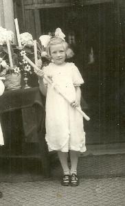 Foto dívka se svíčkou, první svaté přijímání