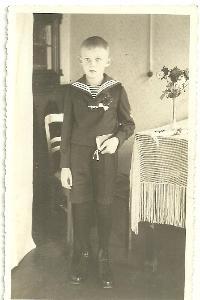 Foto chlapec s modlitbami, první svaté přijímání