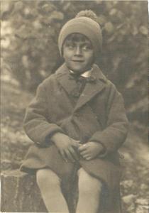 Fotografie chlapec na pařezu