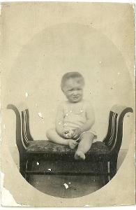 Fotografie chlapeček s hračkou, r. 1932