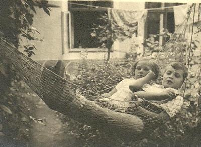 Fotografie děti v houpací síti r.1934