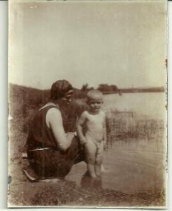 Kabinetka žena s chlapečkem u vody