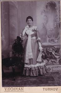 Kabinetka žena v šatech, Lochman, Turnov