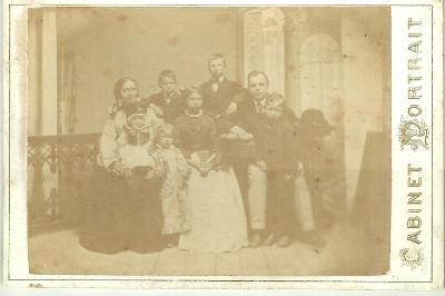 Kabinetka muž se ženou a dětmi