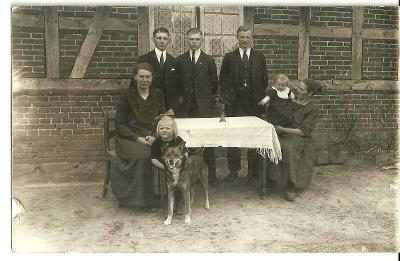 Foto ženy, muži a děti se psem