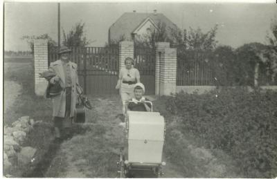 Foto holčička s kočárkem, r. 1937